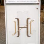 Hotel Haven ulkojulisteteline jossa akryylisuojat esiteille
