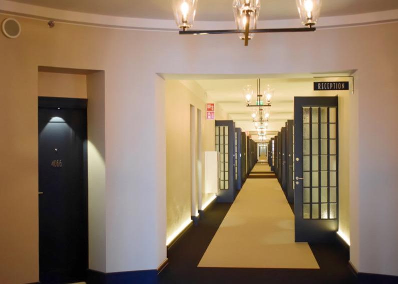 Scandic Grand Central käytävä ja riippuva vastaanotto kyltti