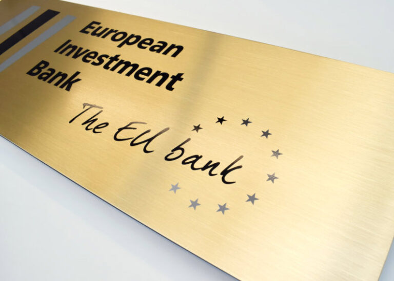 Versaali teipattu European Investment Bank kilpi