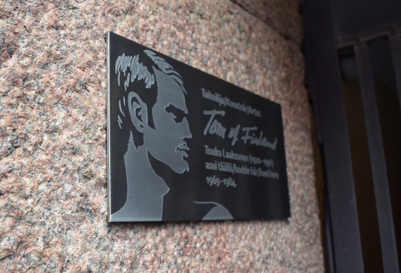 Tom of Finland kaiverrettu muistokyltti